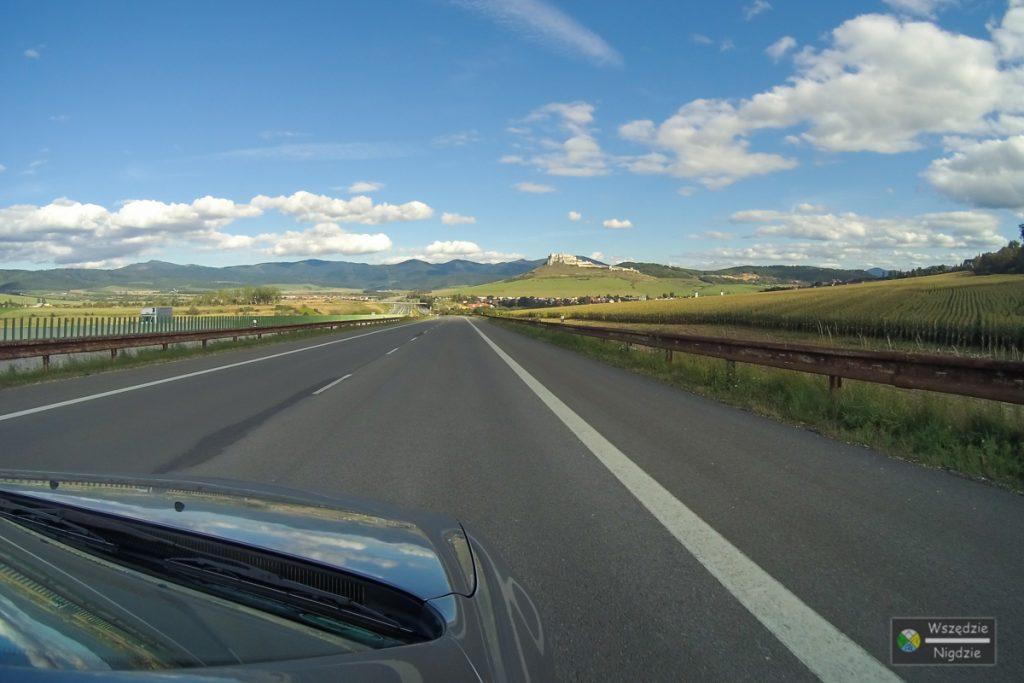 Widok na zamek z odległości 2,5km jadąc autostradą D1